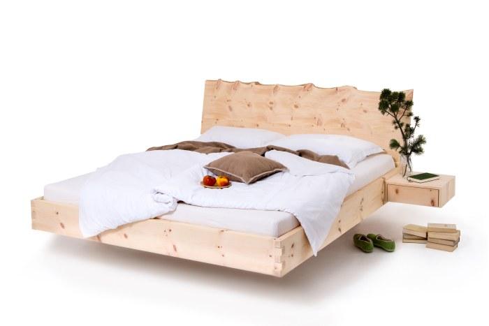 Am Bild das Zirbenbett Rustikal in schwebender Ausführung mit seitlich angebauten Nachtkästchen. Das Kopfteil des Zirbenbettes hat al Abschluß eine Naturkante.