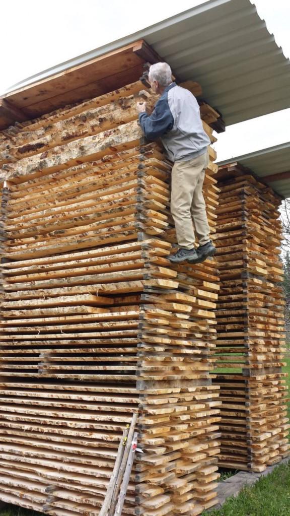 Zirbenholzstappel vom luftgetrockneten Zirbenholz von Schröcker Tischlerei