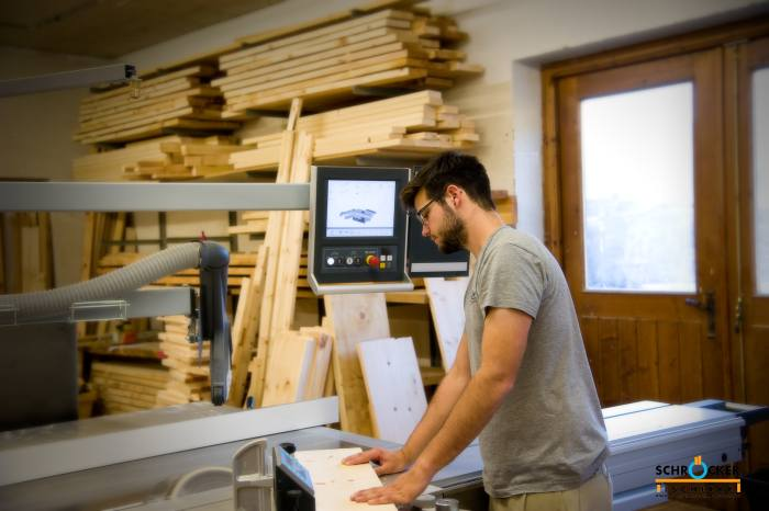 Der Zirbentischler beim beschneiden der Teile für ein Zirbenbett