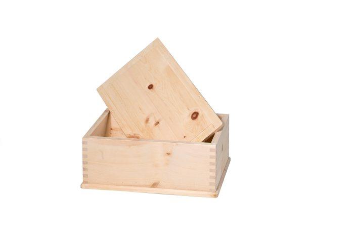 Am Bild der Brotkasten aus Zirbenholz. Der Zirbenholzbrotkasten ist genzinkt und absolut metallfrei. Die Brotdose hat einen abnehmbaren Deckel.