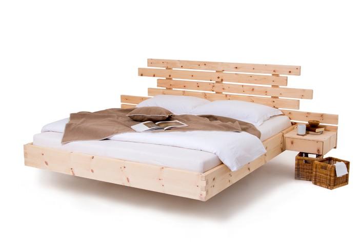 Zirbenbenbett Exklusive 100 gefertigt aus rein luftgetrockneten hochalpinen Zirbenholz aus den Nockbergen. Seitlich mit angebauten Zirbenholnachtkästchen Fly. Ausführung schwebend gezinkt.