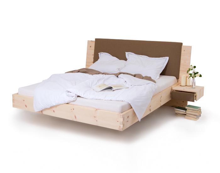 Das Zirbenbett Loden von Schröcker Tischlerei wird aus luftgetrockneten Zirbenholz gefertigt. Das Kopfteil des Zirbenholzbettes wird mich hochwertigen Loden veredelt. Das Arvenbett ist am Bild mit zwei schwebenden Zirbenholznachtkästchen abgebildet.