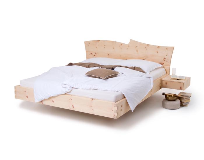 Am Bild das Zirbenbett schwebend sehr modernes Kopfteil , Zirbenholzstärke ist 4cm bei diesen Arfenbett. Weiters kann das Kopftel des Zirbenbettes 8 Grad nach hinten geneigt werden. Seitlich sind wieder die Zirbenholznachtkästchen Fly angebaut.