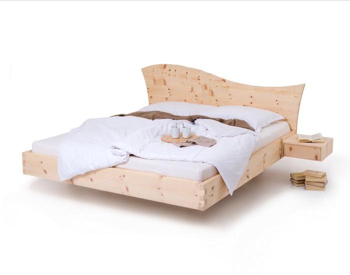 Am Bild zu sehen das Zirbenbett wele in schwebender Ausführung. Das Zirbenholzbett hat seitlch angebaute Zirbennachtkästchen. Das Arvenbett ist seitlich abgebildet und Besticht durch seine schwebende Opik. Auf den Zirbenbett ist eine Moderne Bettwäsche