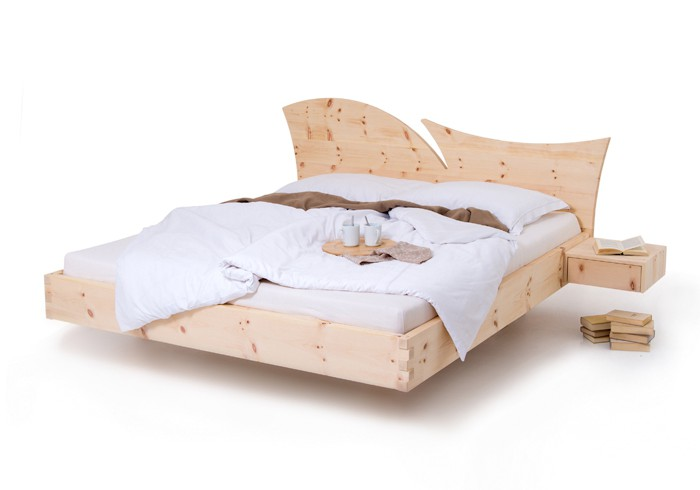 Am Bild zusehen das Zirbenbett Wave, das Kopfteil hat einen Zirbenholzstärke von 40 mm und Besticht durch seine sehr moderne Form. Seitlich sind zwei Zirbenholznachtkästchen Fly an das Zirbenholzbett angebaut. Die Oberfläche ist Top fein ausgeführt.