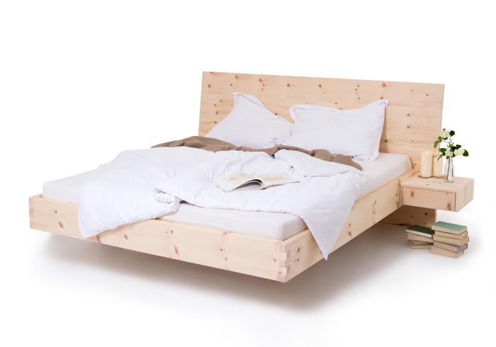 Am Bild das Zirbelkiefer Bett Deluxe aus rein luftgetrockneter Zirbelkiefer. Das Arvenbett ist metallfrei und am Fußteil mit Aufwändiger Holzzinkenverbindung. Die seitlich angebauten Nachtkästchen können jederzeit abgenommen werden. Optik des Zirbenbettes ist schwebend. Das Kopfteil des Zirbenbettes ist 8 Grad nach hinten geneigt.