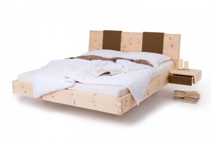 Am Bild das Zirbenbett Modern mit seitlich 2 Stk Zirbennachtkästchen Fly. Das aus luftgetrockneten Zirbenholz gefertigte Zirbenholzbett besticht durch seine Modern Form